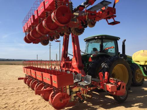 Foxdrive 12-row with hydraulic fold for easy transport