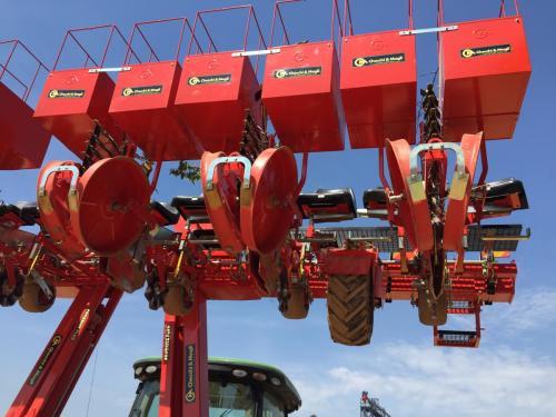 Foxdrive 12-row with hydraulic fold